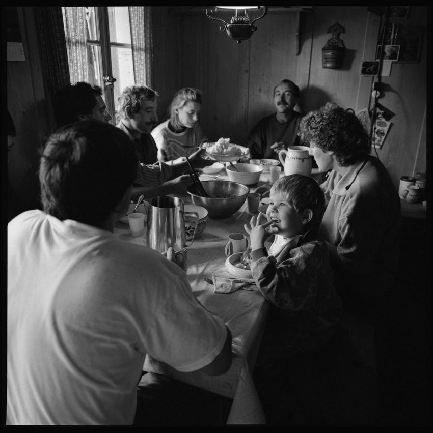 http://romanoriedo.ch/files/gimgs/24_bauernfamilie-stubentisch-raemisgummen-s.jpg